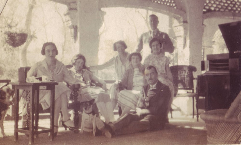 Members of the British Raj at a dinner party in Alexander Wilson's bungalow in Lahore in the late 1920s. Image: Alexander Wilson Estate. All Rights Reserved.